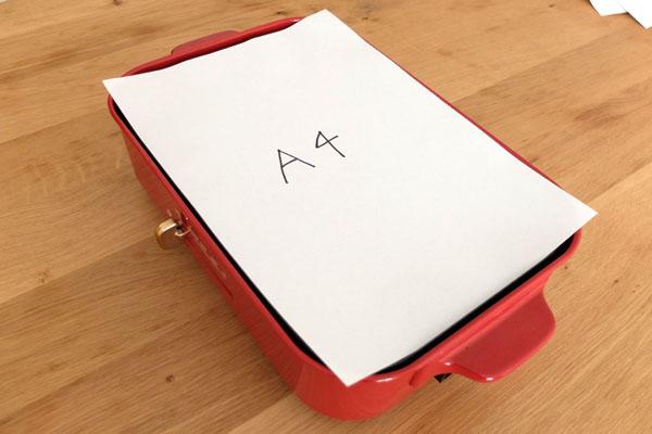 「ブルーノコンパクトホットプレート」と「A4の紙」のサイズ比較