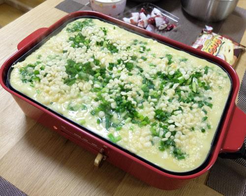 【ブルーノホットプレートのたこ焼きレシピ】キャベツ、ねぎ、てんかすの順に入れる