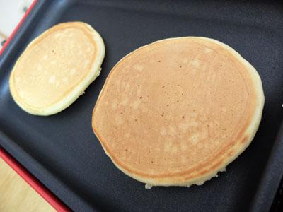 【ブルーノコンパクトホットプレートレシピ】ホットケーキを裏返す