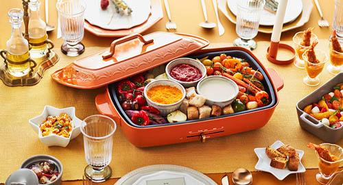 ブルーノホットプレートグランデサイズ限定色「レリーフ」の食卓イメージ