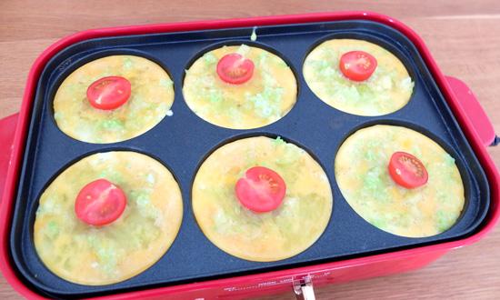 卵液とプチトマトを入れる|ブルーノレシピ『スパニッシュオムレツ』