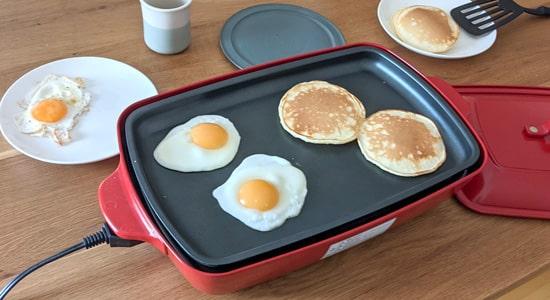 朝ごはんの目玉焼きとパンケーキ|ブルーノグランデホットプレート