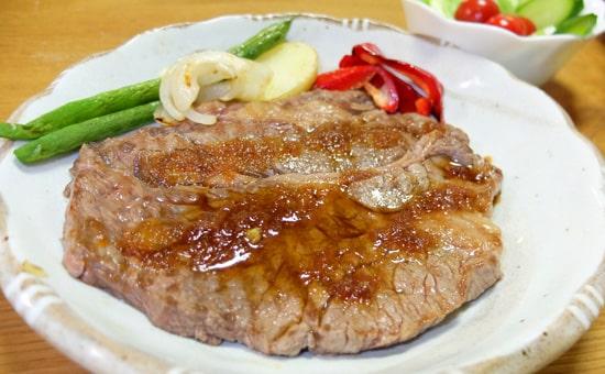 ブルーノグリルプレートで焼いたステーキ